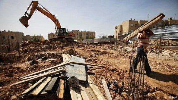 أعمال بناء في إحدى المستوطنات الإسرائيلية في القدس الشرقية. د أ ب د