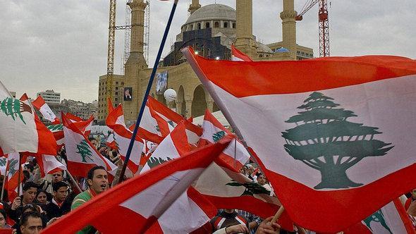 متظاهرون في ساحة الشهداء في بيروت يحتفلون بسقوط الحكومة اللبنانية في عام 2005. إ ب أ