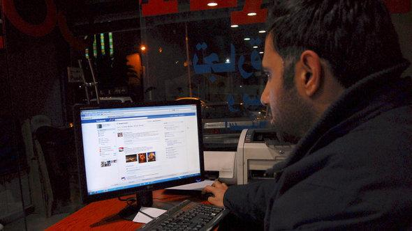 أحد السوريين يستخدم شبكة المعلومات العالمية في أحد مقاهي الإنترنت في  دمشق. أ ب