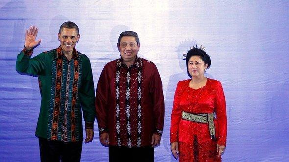 الرئيس الأمريكي باراك أوباما إلى جانب الرئيس الإندونيسى سوسيلو بانبانغ يودهونو وعقيلته.  د أ ب د