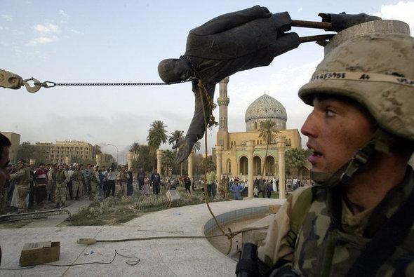 سقوط تمثال صدام حسين في وسط بغداد. أ ب