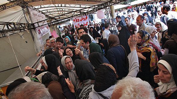 طابور على الإعانات الغذائية في طهران. Mehr