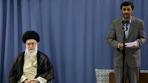 المرشد الأعلى لجمهورية إيران الإسلامية آية الله علي خامنئي والرئيس الإيراني أحمدي نجاد. أ ب