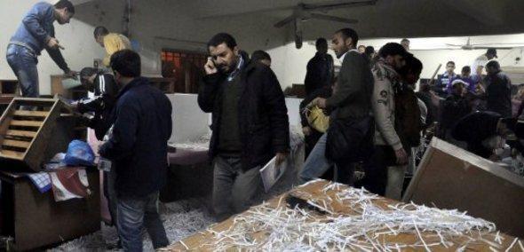 دخول جموع المواطنين إلى مقر أمن الدولة في الإسكندرية. د ب أ