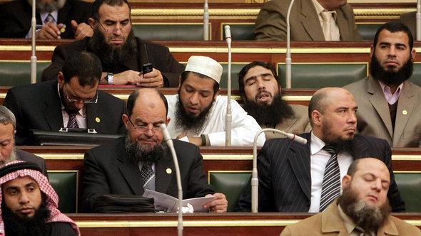 برلمانيون من حزب النور السلفي في إحدى الجلسات في مجلس النواب المصري بتاريخ 23 يناير 2012. أ ف ب
