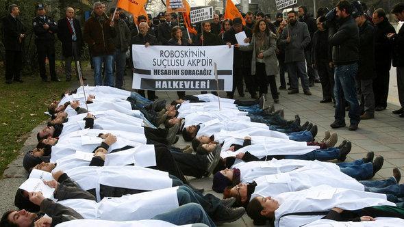 متظاهرون من أحد الأحزاب الكردية يحتجون ضد الحكومة التركية. أ ف ب