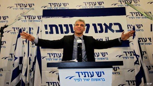 يائير لابيد في تل أبيب بعد تحقيق فوزه في الانتخابات . أ ب