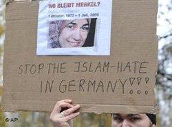 احتجاجات ضد كراهية الإسلام والتمييز العنصري بعد مقتل المسلمة المصرية مروة الشربيني في 11 نوفمبر/ تشرين الثاني 2009 في ألمانيا. أ ب