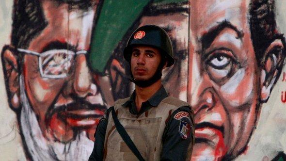 رسم جداريّ في القاهرة يضم مرسي ومبارك معاً. رويترز