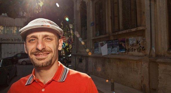 مُنَسِّق الموسيقى (الدي جيه) والمنتج السوري الأمريكي منقرش. Thankyoufestival.com