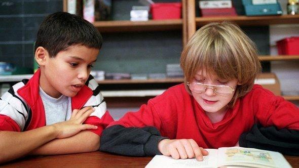 درس في مدرسة يتعلم فيها أطفال ألمان  وأتراك معاً في منطقة كرويتسبيرغ في برلين. د ب أ