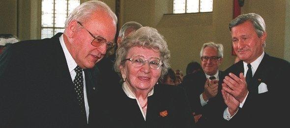 آنه ماري شيمل، مع الرئيس الألماني الأسبق رومان هيرتسوغ، عندما تسلمت جائزة دور النشر الألمانية للسلام في الخامس عشر من أكتوبر 1995 في كنيسة القديس بول بمدينة فرانكفورت. د ب أ
