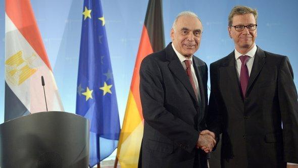 وزير الخارجية الألماني غيدو فيستَرفيلِه ونظيره المصري كامل عَمْرو في وزارة الخارجية الألمانية في برلين بتاريخ 29 نوفمبر/ تشرين الثاني 2012. د ب أ