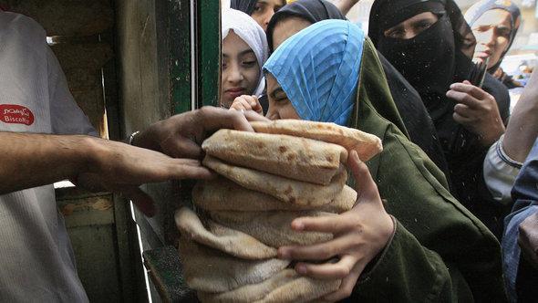 ارتفاع أسعار المواد الغذائية على خلفية الأزمة الاقتصادية في مصر. غيتي إميجيس.