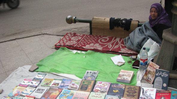 بسطة للكتب قرب معرض القاهرة الدولي للكتاب. دويتشه فيله