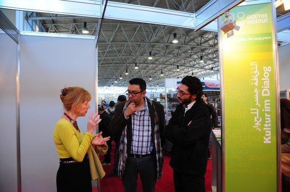 Sherif Bakr (c.) talking to Gabriele Becker, head of the German Goethe Institut (photo: Amira El Ahl)