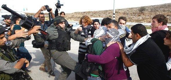 مواجهات بين جنود الحدود الإسرائيليين وفلسطينين ونشطاء سلام دوليين في منطقة شقبة في الضفة الغربية. رويترز