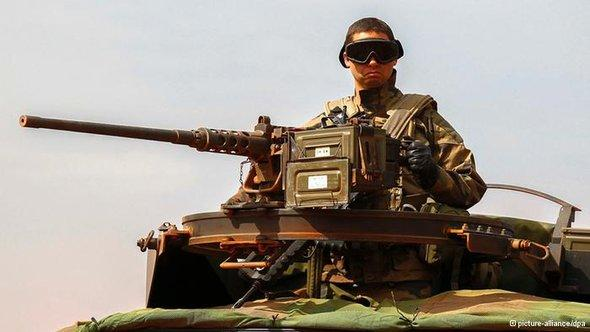 جندي فرنسي على دبابته. د ب أ