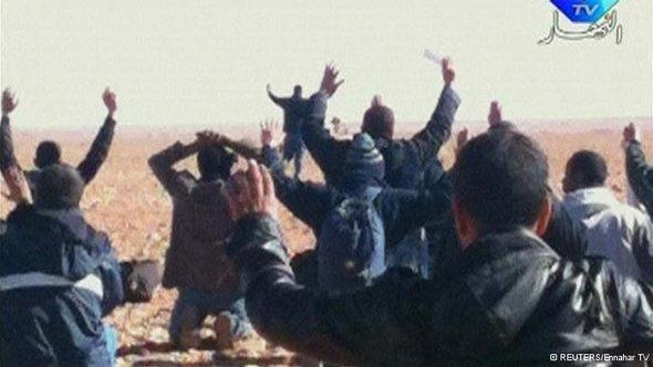 فرحة بانتهاء أزمة احتجاز الرهائن في عين أميناس الجزائرية بعد تدخل الجيش الجزائري. رويترز