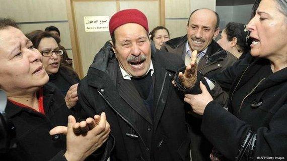 والد شكري بلعيد يشعر بالأسى ويبكي على فقدان ولده. أ ف ب