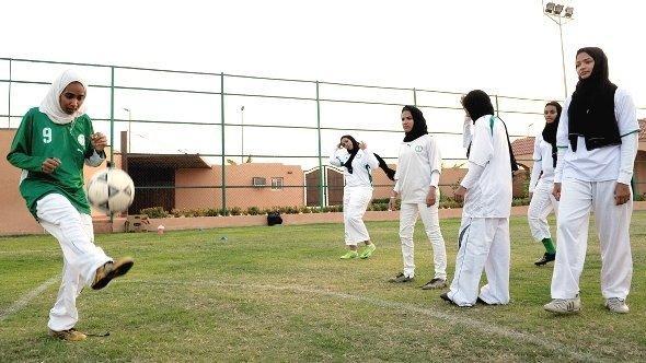 فتيات يلعبن كرة القدم في السعودية. غيتي إميجيس