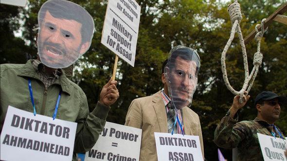 احتجاجات على دعم أحمدي نجاد للأسد في الحرب السورية. رويترز