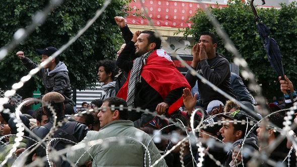 مظاهرات أمام وزارة الداخلية التونسية في يوم اغتيال شكري بلعيد. أ ف ب