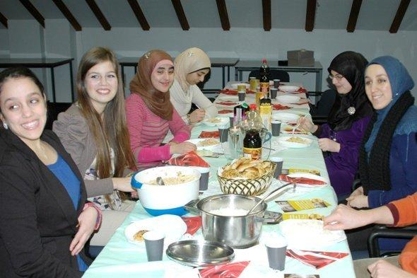 """حملة """"طعام للأيتام"""" في مدينة بون الألمانية. قنطرة 2013"""