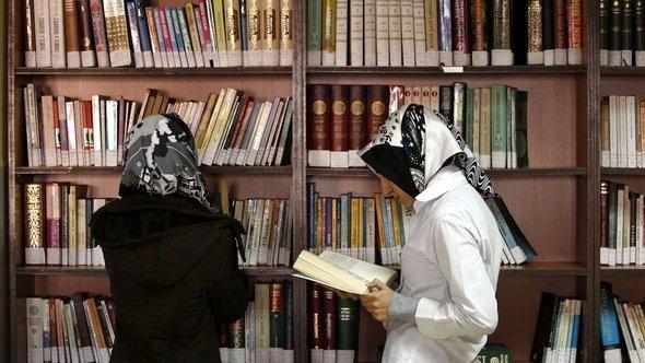 فتيات تركيات في إحدى مكتبات العلوم الإسلامية في اسطنبول. رويترز