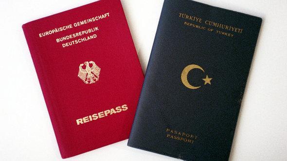 جواز سفر ألماني (يسار الصورة) وجواز سفر تركي (يمين الصورة). د ب أ