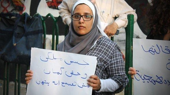 الناشطة المصرية نهال سعد زغلول في احتجاج في ميدان التحرير بالقاهرة. حقوق الصورة نهال سعد زغلول