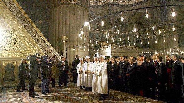 """البابا بندكت السادس عشر في الجامع الأزرق """"جامع السلطان أحمد"""" في اسطنبول نوفمبر/ تشرين الثاني عام 2006. د ب أ"""