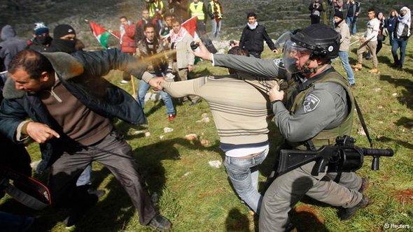 جنود إسرائليون يفرقون ناشطين فلسطينيين وأجانب الصورة رويترز
