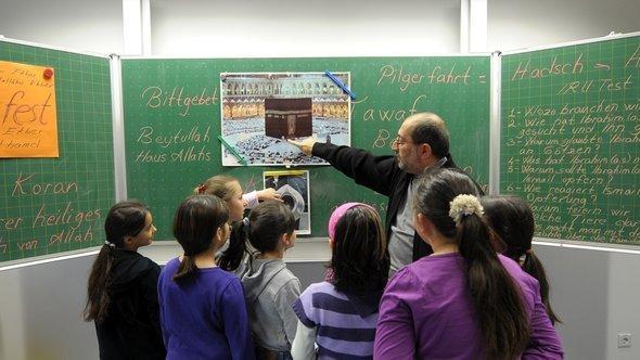 """حصة التربية الإسلامية في مدرسة """"لودفيغسهافن-بفينغست فايده"""" الابتدائية . د ب أ"""