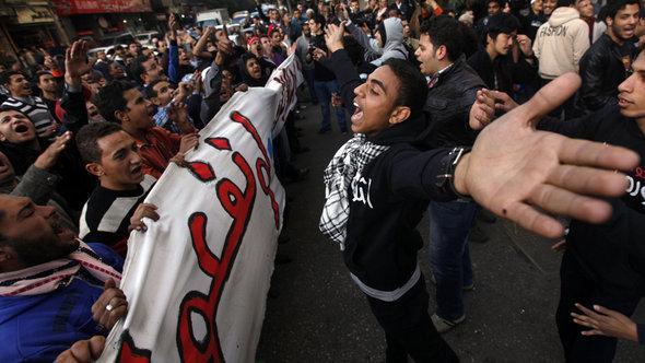 مظاهرات في القاهرة من أنصار ومعارضي محمد مرسي. رويترز