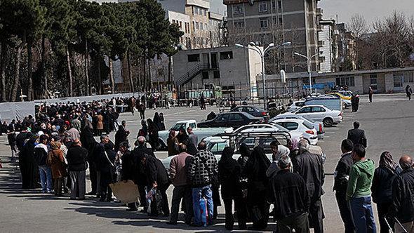 طوابير انتظار تسلُّم المواد الغذائية في طهران. MEHR