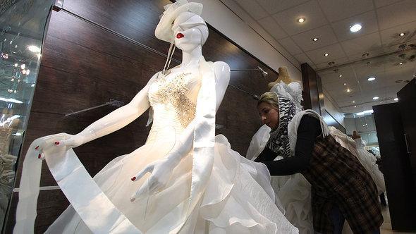 أحد معارض بيع أزياء الزفاف في طهران. أ ب