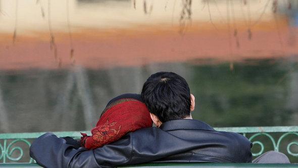 شاب وفتاة تربطهما علاقة غرامية وأمامهما منظر غروب الشمس في إيران. غيتي إميجيس