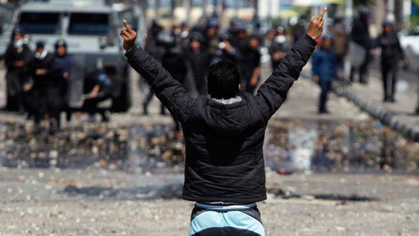 مواجهات بين الشرطة وأهالي بور سعيد. رويترز