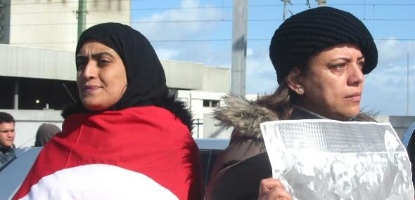 Two women protesting at the funeral of Belaid (photo: Khaled Ben Belgacem/DW)