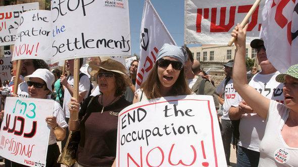 نشطاء سلام إسرائيليون يتظاهرون ضد المستوطنات الإسرائيلية في الضفة الغربية. د ب أ