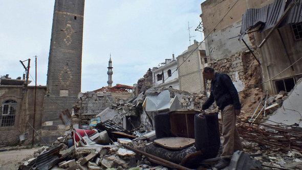 منازل مدمرة في حمص. رويترز