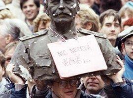 كل شيء إلى زوال. أحد المتظاهرين في براغ يحمل تمثالاً لِـ ستالين عام 1989 .  أ ب