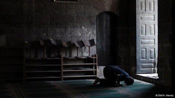مسجد يجب أن يظل دائماً خارج الصراعات السياسية كي لا يفقد قدسيته