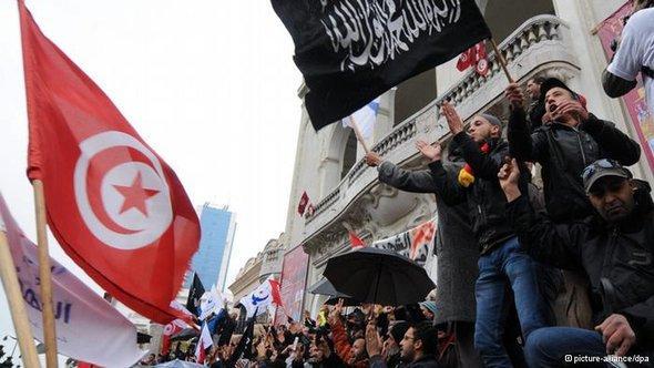 أنصار حركة النهضة في احتجاح على عزم رئيس الوزراء التونسي السابق حمادي الجبالي تشكيل حكومة كفاءات  (16 فبراير/ شباط 2013).