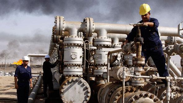 استخراج النفط من حقل الرميلة النفطي قرب البصرة. أ ب