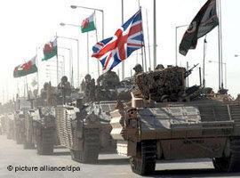دبابات بريطانية في البصرة. د ب أ