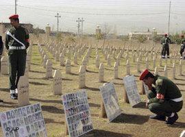جنود أكراد في مقبرة ضحايا حلبجة. أ ب