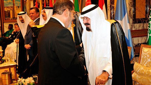 الرئيس المصري في زيارة للملك السعودي في الرياض. رويترز