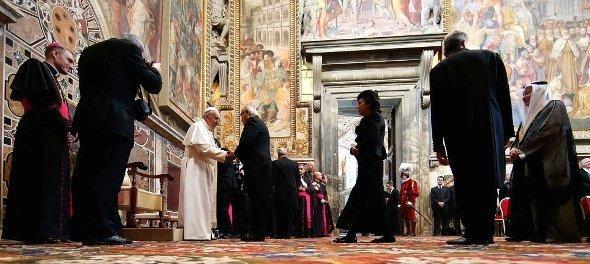 اجتماع للبابا فرانسيس في الفاتيكان مع سفراء دول العالم في 22 مارس/ آذار. رويترز